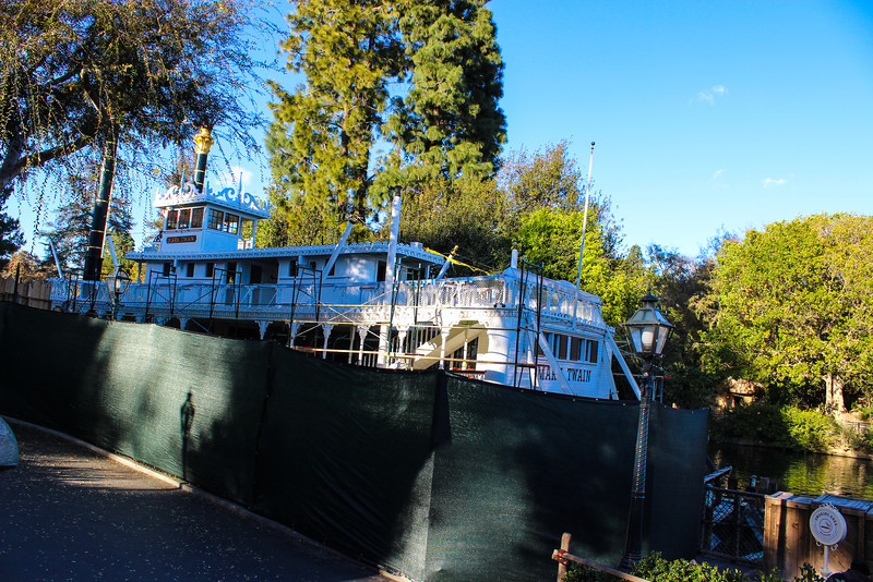 Mark Twain being repainted.