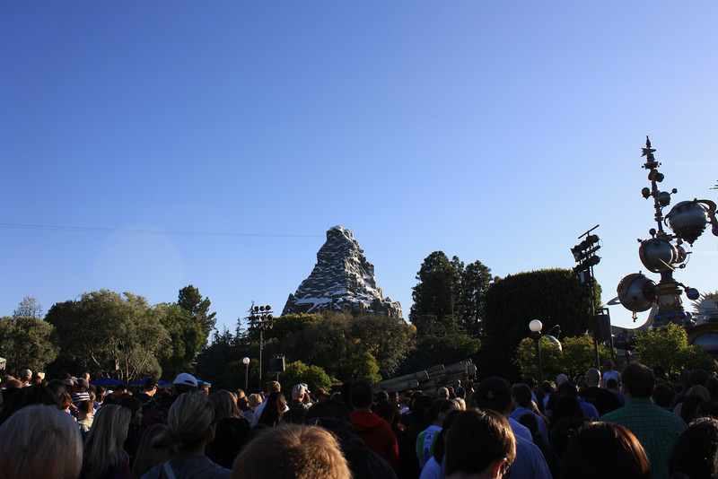 I decided to drop by because I realized I had never been to Disneyland during the opening rope drop, so I stopped by and waited with the crowds.